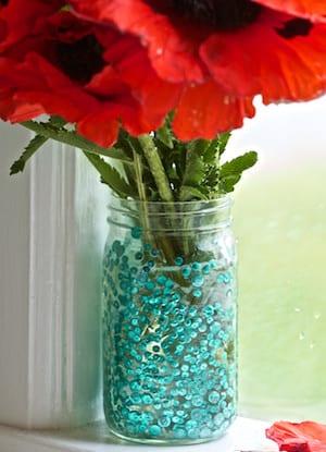 fensterdeko idee mit DIY Glasvase aus glasgefäß und mohnblumen
