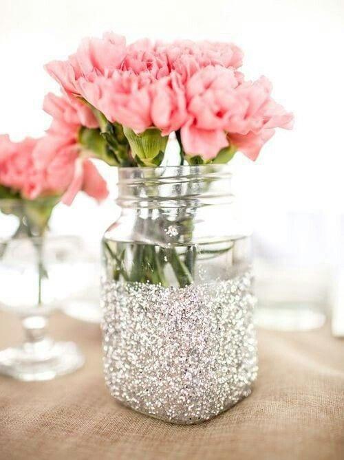 tischdeko idee mit Tischdecke aus Leinensack und DIY Blumenvase mit Glitzer