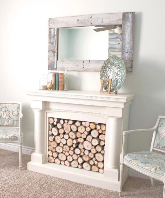 kreative einrichtungstipps wohnzimmer mit kamin weiß und rustikalem wandspiegel als wanddeko idee