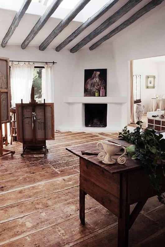 rustikale einrichtung mit rustikalem Tisch aus Holz und beleuchtung mit tageslich über dachverglasung