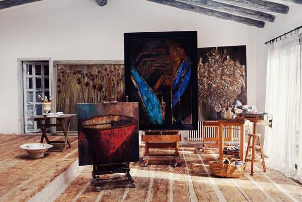 das haus und atelier von künstlerin pepa poch mit sichtbarer dachkonstruktion aus runden holzbalken und betonboden mit holzbrettern