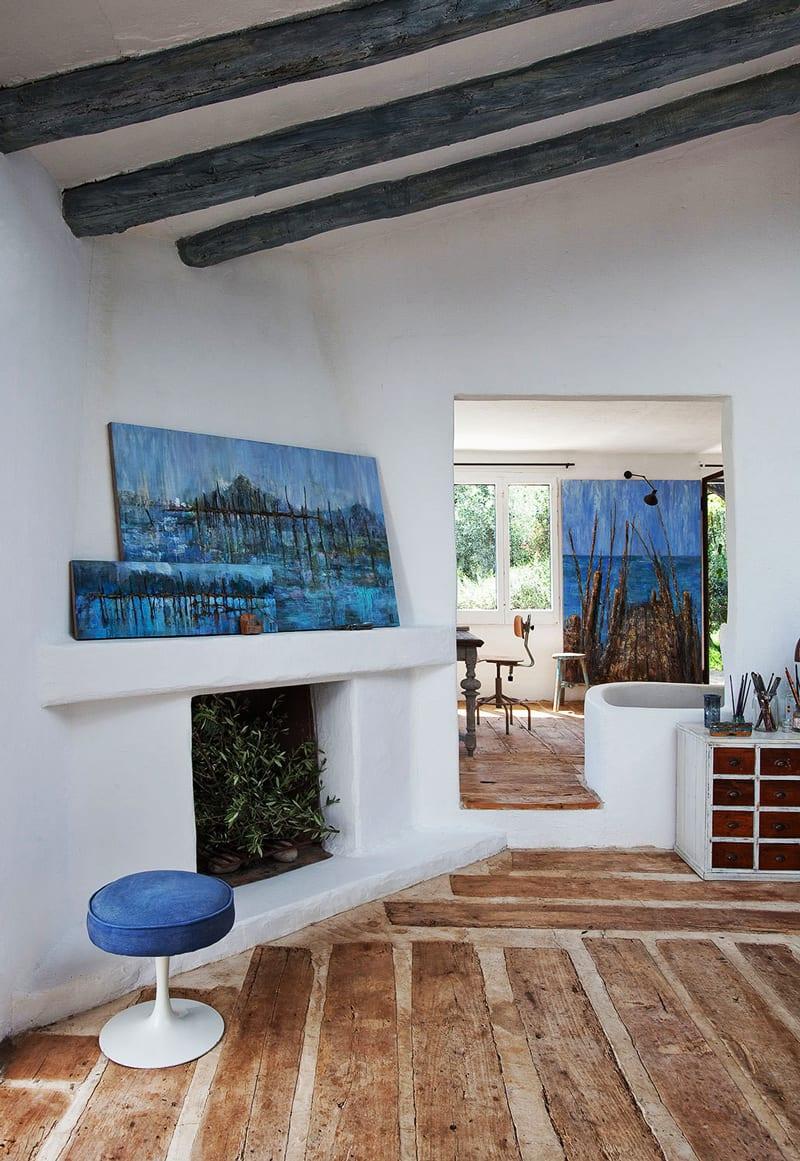 mediterranes wohnzimmer design mit aisgemauertem kamin wei0 und kamin deko mit gemälde