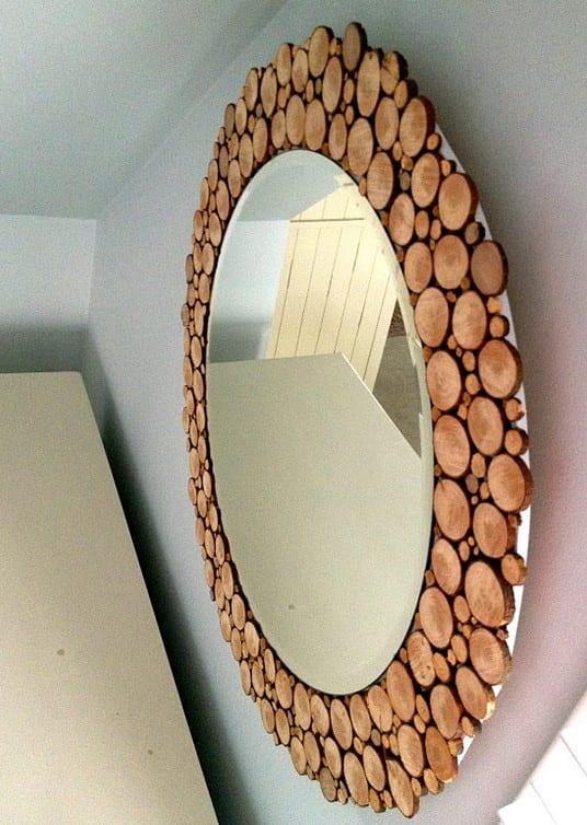 wohnzimmer wandgestaltung mit wand spiegel als runder spiegel mit holzrahmen aus Holzscheiben