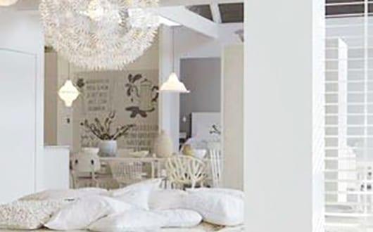 bauen mit paletten als idee fuer wohnyimmer modern mit lounge sofa aus europaletten in weiss. Black Bedroom Furniture Sets. Home Design Ideas
