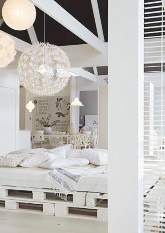 möbel aus europaletten bauen und in weiß streichen als Inspiration fürs Schlafzimmer und Betten aus paletten