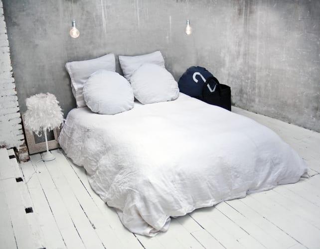 weiße bettwäsche für schöne schlafzimmer mit holzbodenbelag weiß und pendellampen