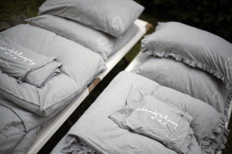 designer bettwäsche grau aus bettlacken und kopfkissenbezügen aus leinen