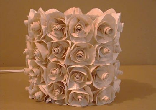 coole tischlampe selber machen aus plastikflasche und mit diy rosen aus papier freshouse. Black Bedroom Furniture Sets. Home Design Ideas