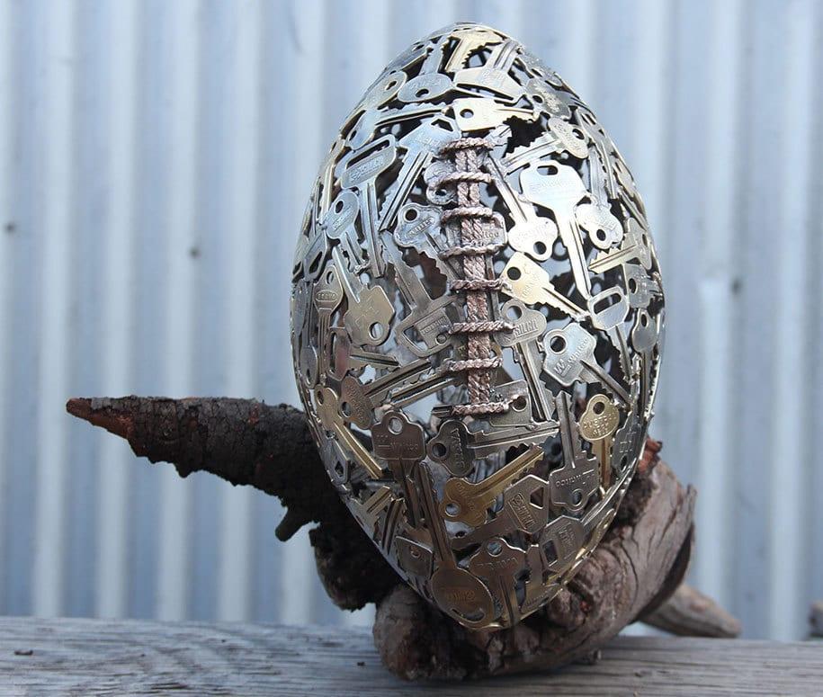 basteln mit metall-schlüssel-Skulptur als kreative dekoidee