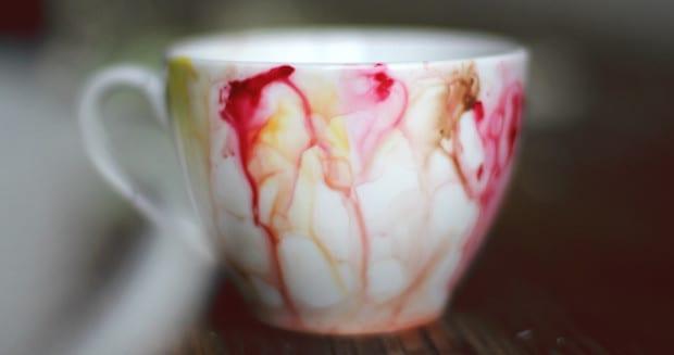 selbstgemachte geschenke mit teetassen weiß und bunten nagellacken