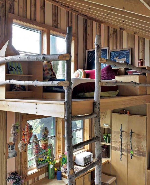 kleines kinderzimmer kreativ gestalten mit holzmustertapete und hochbett mit DIY Holzleiter aus rundhölzern