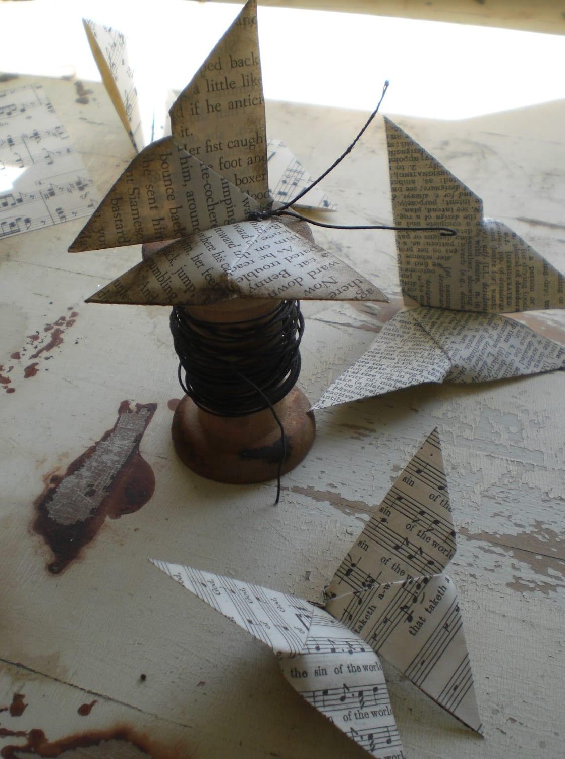 origami schmetterling aus zeitung und bücherseiten