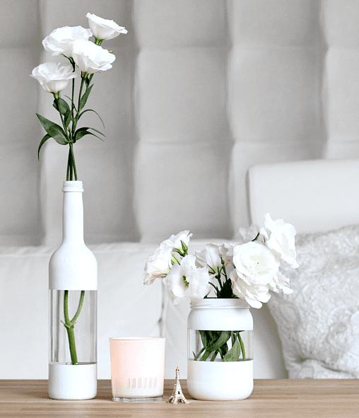 kreative bastelidee für DIY Vase aus Glasflaschen und glasgefäßen mit Acrylfarbe weiß für moderne Tischdeko