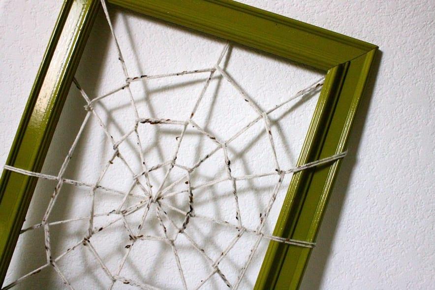 ideen halloween für coole wanddeko mit DIY Spinngewebe und Bilderrahmen