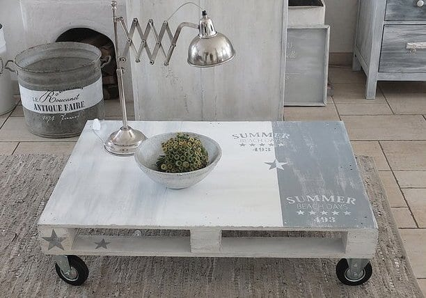 möbel aus paletten bauen_modernes design wohzimmertisch auf rollen in grau für wohnzimmer rustikal