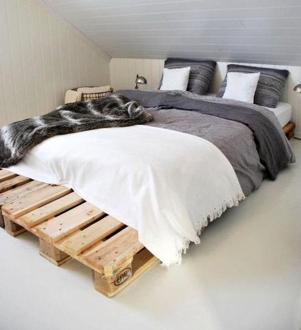 kleine schlafzimmer wohnidee mit diy bett aus paletten und bettdeko idee mit bettwäsche grau und bettdecke weiß