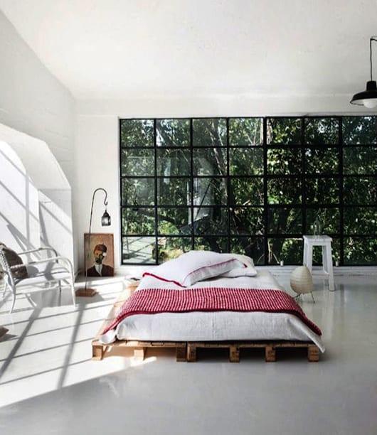 moderne schlafzimmer einrichten und gestalten mit do it your self bett aus europaletten und armsessel und beistelltisch aus holz in weiß