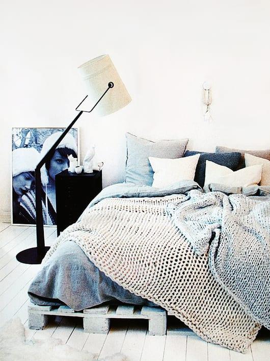 moderne schlafzimmer gestaltung und bettdekoration mit stehlampe und bettwäsche grau und schtrickdecken weiß und hellgrau