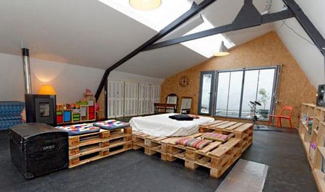 DIY Bett aus Europaletten und wandverkleidung aus kork als gestaltung für kinderzimmer mit oberlicht