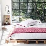 moderne schlafzimmer einrichten mit DIY bett aus europaletten und kreative deko ideen schlafzimmer