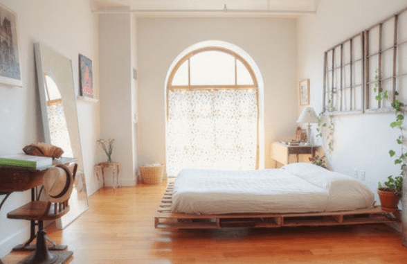 coole schlafzimmer einrichten mit DIY Bett und bogenfenster und spiegel deko idee