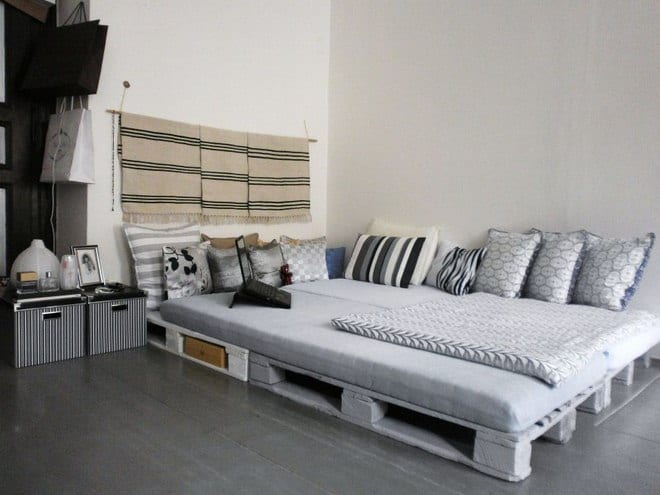 wohnidee schlafzimmer rustikal mit bett aus paletten in hellgrau und kreative dekoidee mit diy nachttisch aus IKEA-kartonboxen