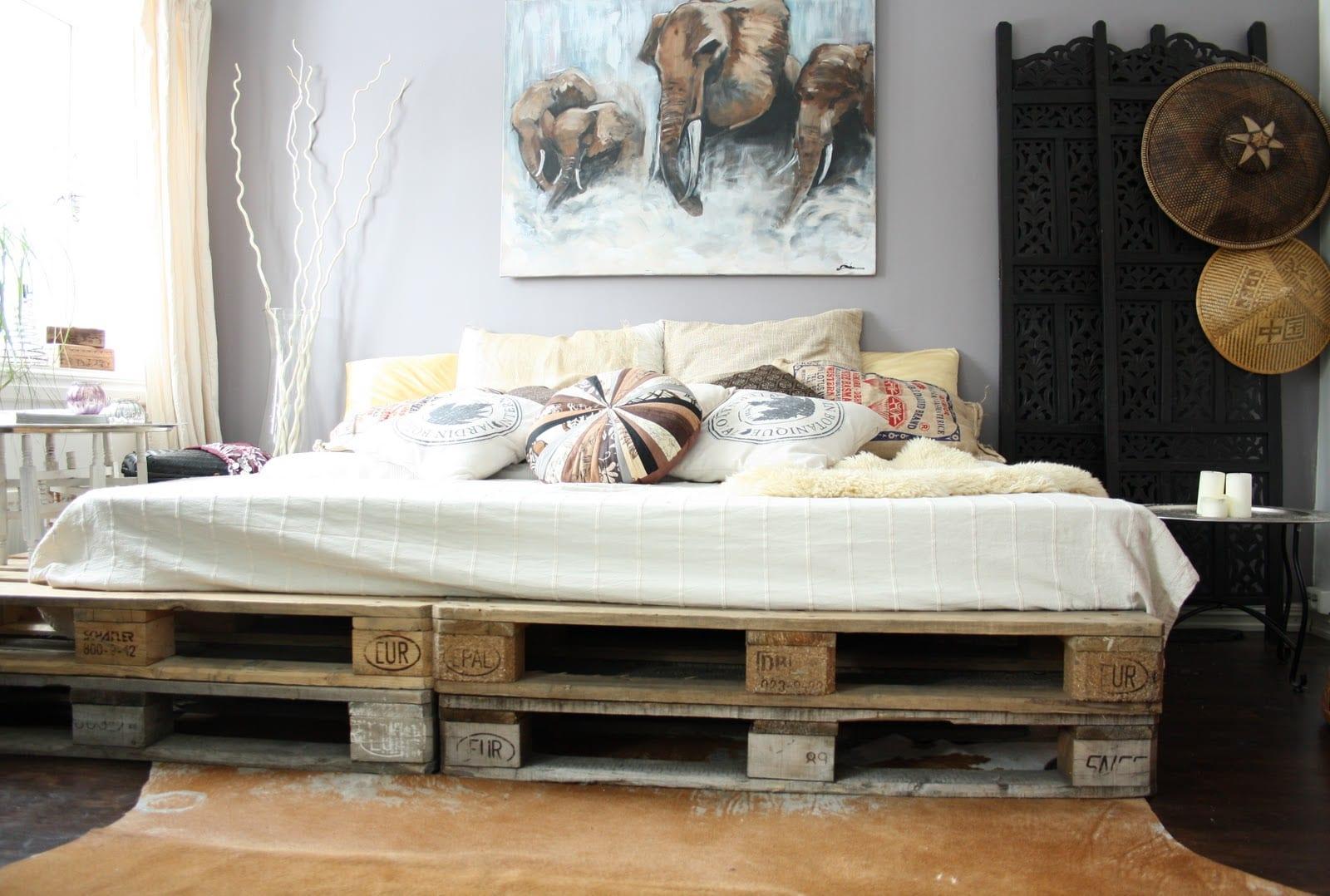 interessante dekoidee schlafzimmer und coole einrichtungsidee mit diy bett aus europaletten und wandeko mit bild