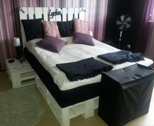 schlafzimmer deko idee und gestaltung mit lila streifen tapeten und bettwäsche schwarz