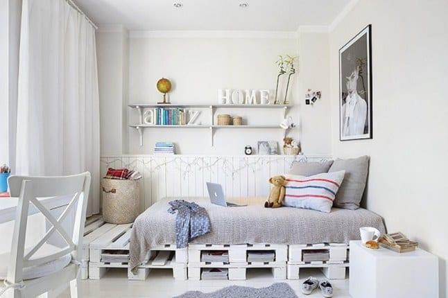 kleine kinderzimmer in weiß gestalten mit schlafbereich aus europaletten und weiße wandregalen