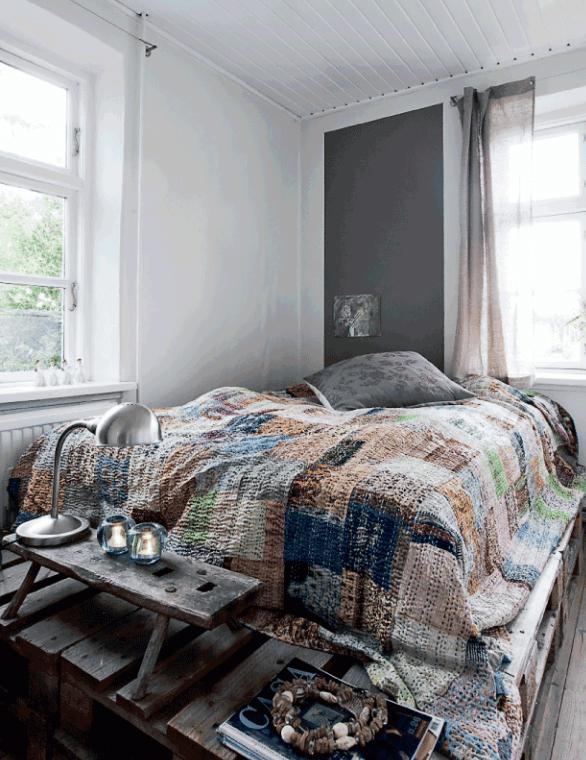 kleine schlafzimmer idee mit wandfarbe grau und diy bett aus paletten mit designer Nachttisch holz