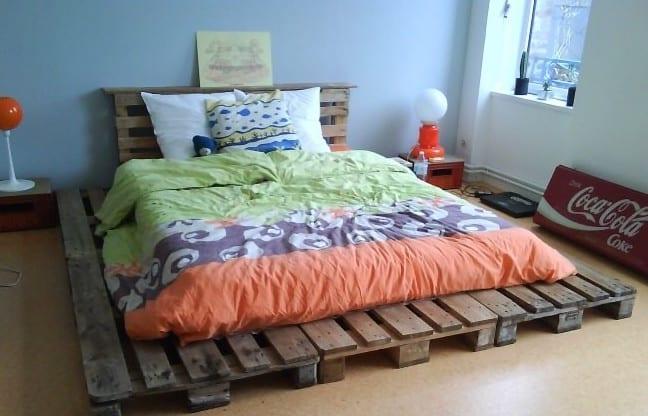 schlafzimmer streichen idee mit wandfarbe blau und selbtgebautem bett mit kopfteil