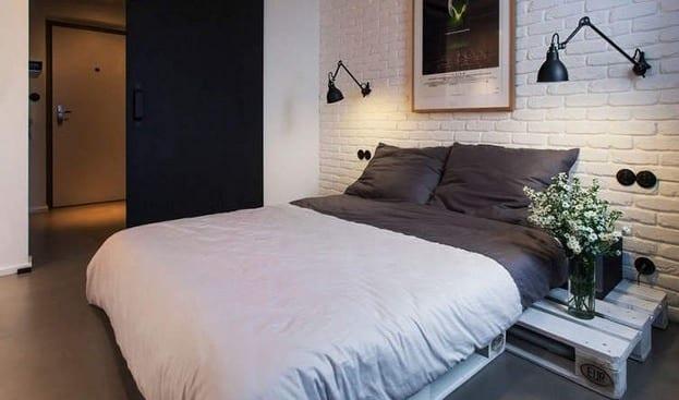 kleine schlafzimmer gestalten mit diy bett und moderne wandlampen schwarz