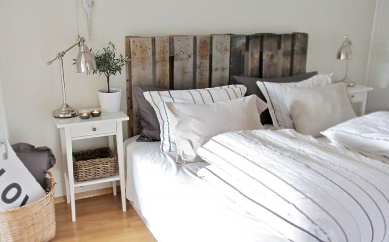moderne und rustikale einrichtung schlafzimmer mit nachttische weiß aus holz und DIY Kopfteil aus paletten