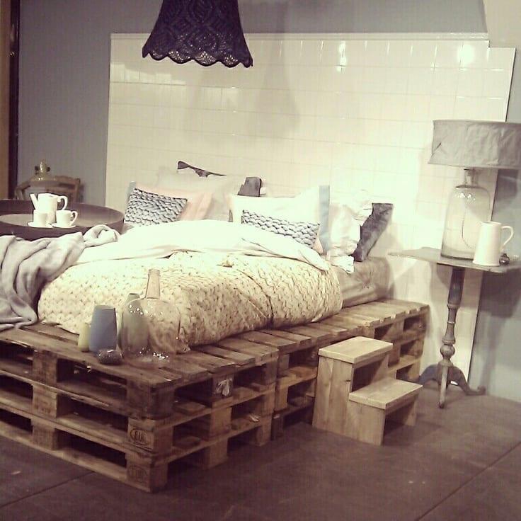 kreative dekoidee schlafzimmer rustikal mit wanddeko aus weißen fliesen und diy nachttische rustikal