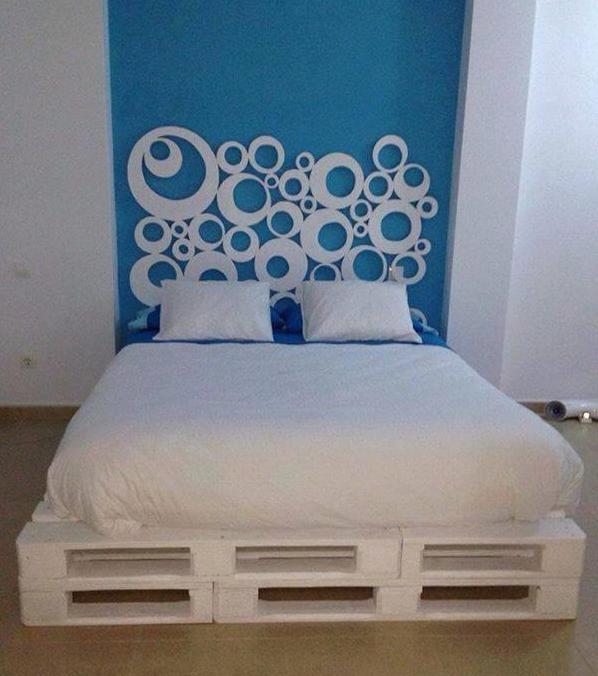 dekoidee schlafzimmer und wand streichen idee mit wandfarbe blau und DIY Wanddekoration