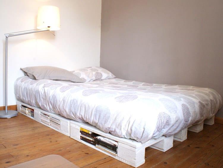 Bett selber bauen paletten  DIY Bett und eigener Designer-Nachttisch aus Paletten - fresHouse