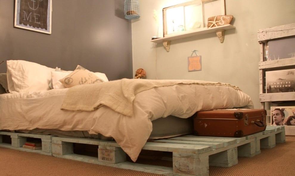 DIY Bett aus paletten in hellblau und kreative dekoideen schlafzimmer mit DIY Dekoration holz