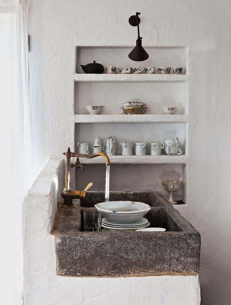 mediterrane kücheneinrichtung mit rustikalem Waschbecken aus Naturstein und Wasserhahn aus Messing