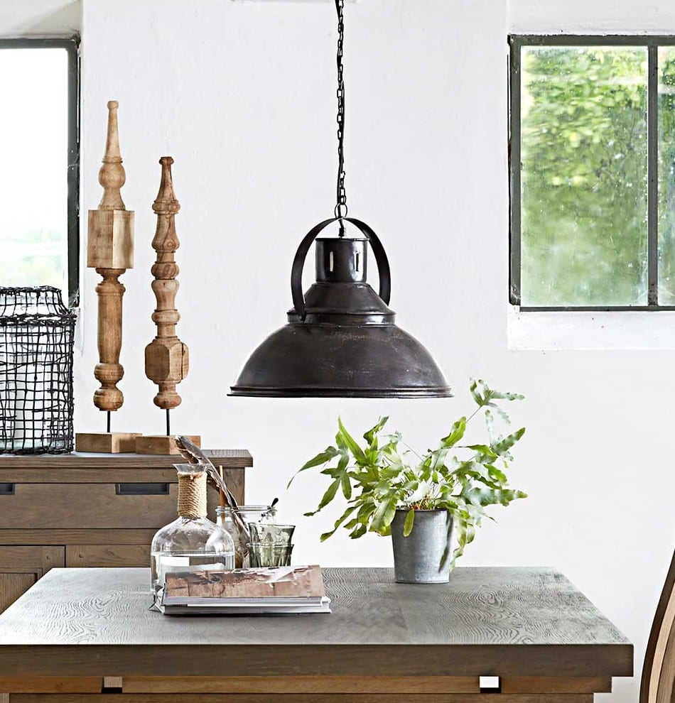 esszimmer ideen mit schwarzer hängeleuchte aus metall und esstisch massivholz