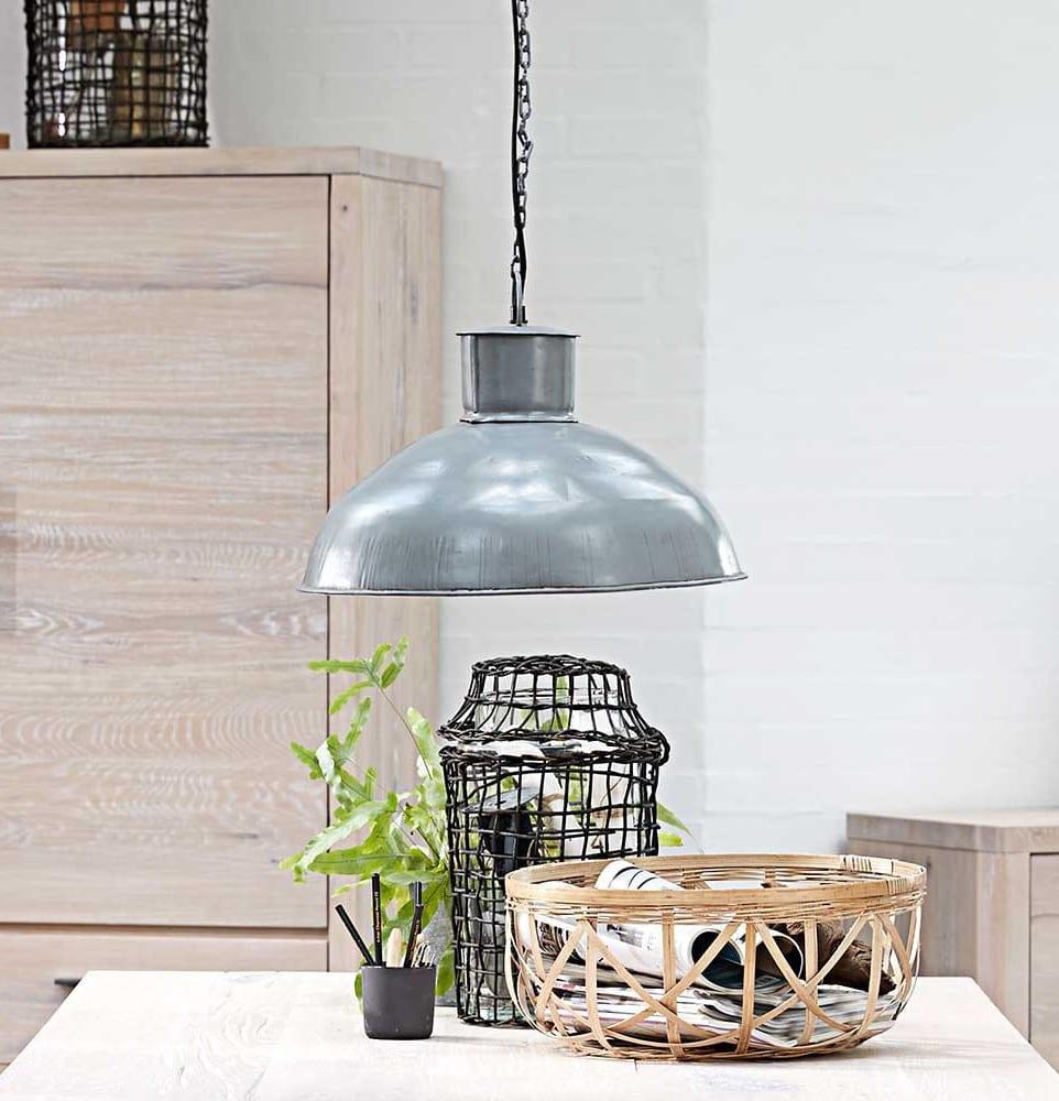 coole esszimmer ideen für moderne industrielle einrichtung mit runden hängenleuchten esszimmer aus metall und tischdeko ideen