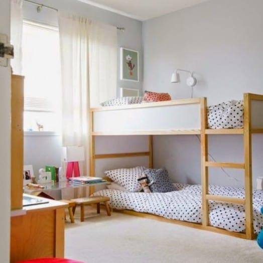 kleines kinderzimmer einrichten modern und kreativ mit etagenbett holz und weiße gardinen