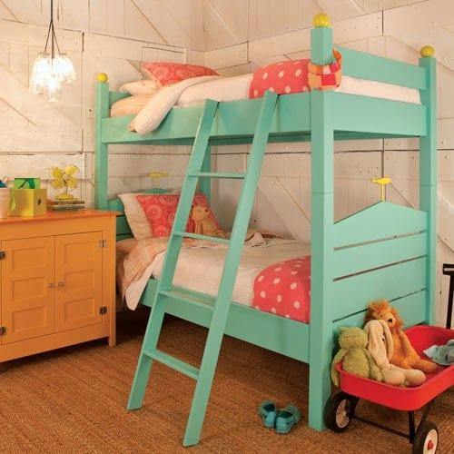 kleines kinderzimmer einrichten mit etagenbett in pastellblau und bettwäsche kinderzimmer pink mit weißen punkten