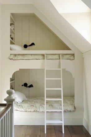 kleines kinderzimmer einrichten mit eingebautem etagenbett aus holz mit wandregalen und leiter