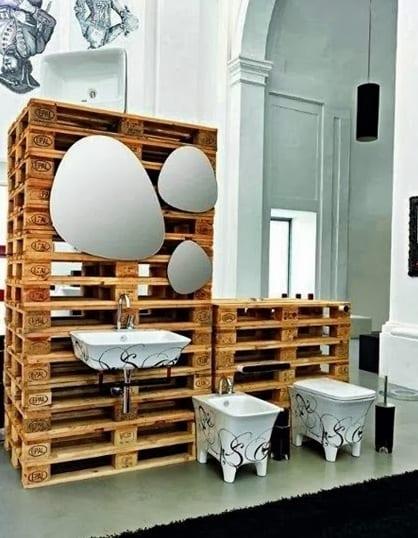 kreative badezimmer idee in schwarz-weiß mit europaletten und modernen badezimmermöbel und spiegeln