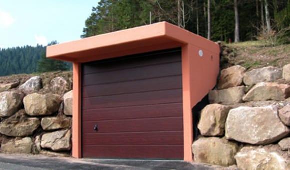 betonfertiggarage mit Vordach und Sektionaltor als Hanggarage