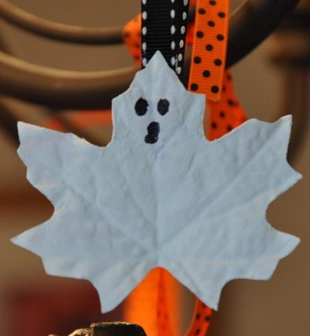 halloween deko idee mit DIY-Halloween-Dekoration mit Ahornblatt-geistern und Stoffbändern in schwarz und orang