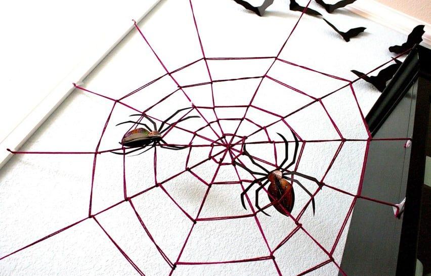 ideen halloween für DIY Deko mit Spinnengewebe und Spinnen als wanddeko idee für halloween