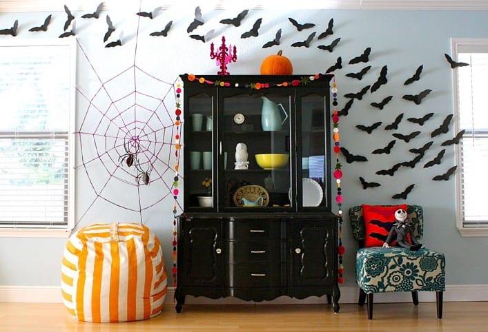 DIY Wanddeko mit Spinnengewebe aus Strickgarn pink und Fliedermäusen aus papier