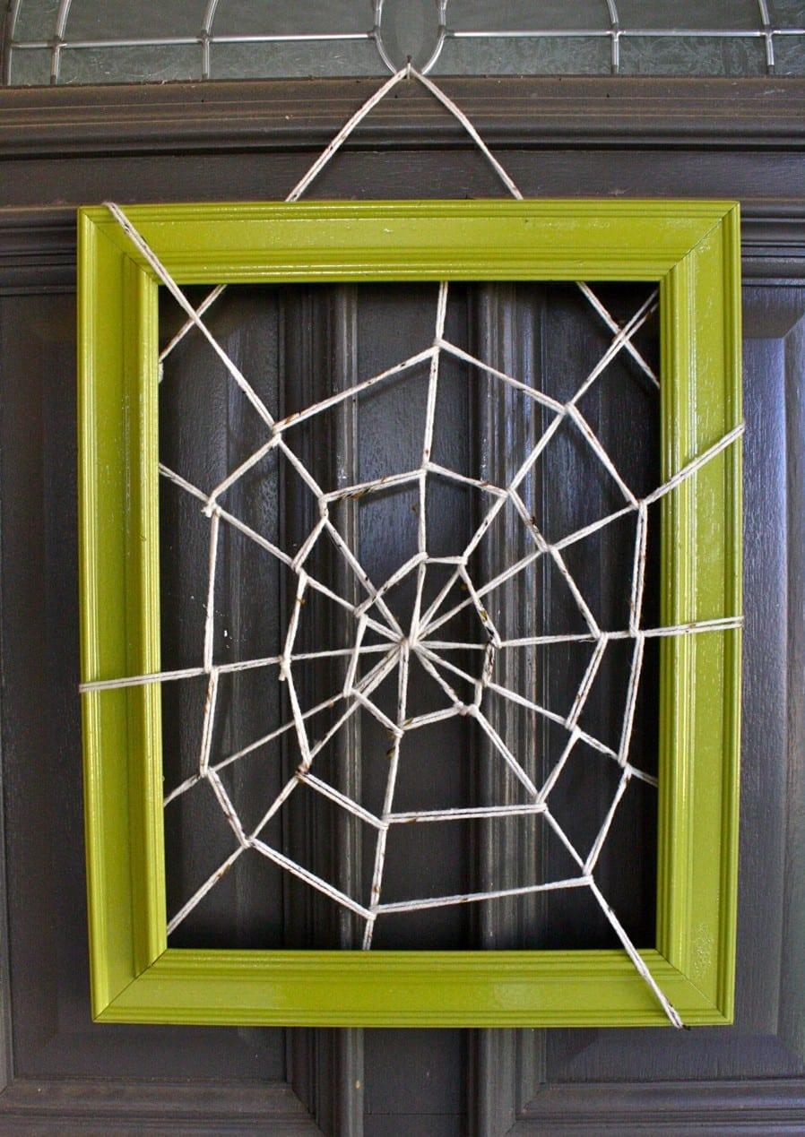 Halloween ideen für Türdekoration mit DIY Spinngewenne in Bilderrahmen grün