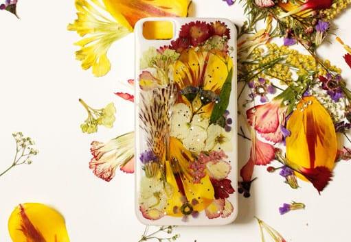 coole handy hülle selber machen mit trockenblumen als kreative geschenkidee und cooles DIY-Projekt